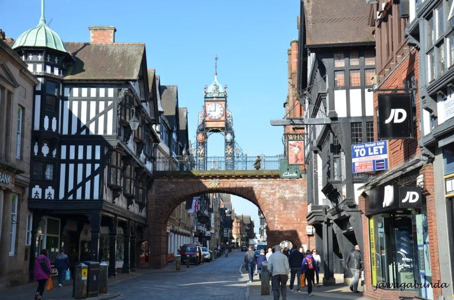 ulica z mostem wokół średniowieczne kamienice