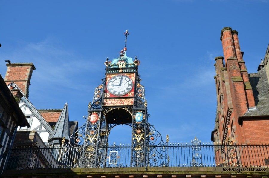 stary zegar nad przejściem nad ulicą