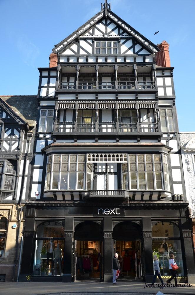 wysoka kamienica z charakterystyczną dla budynków średniowiecznych