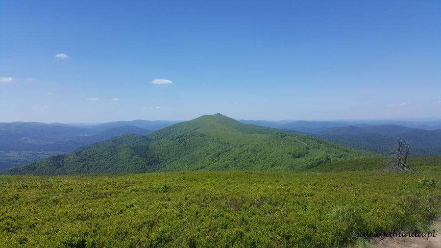 Góry i szczyt widoczny w oddali