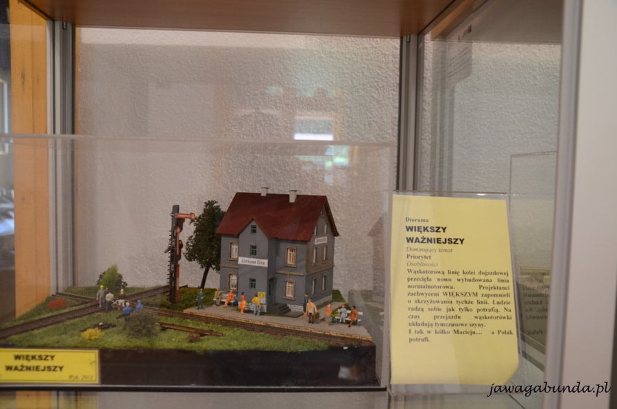 miniaturka domu i torów kolejowych