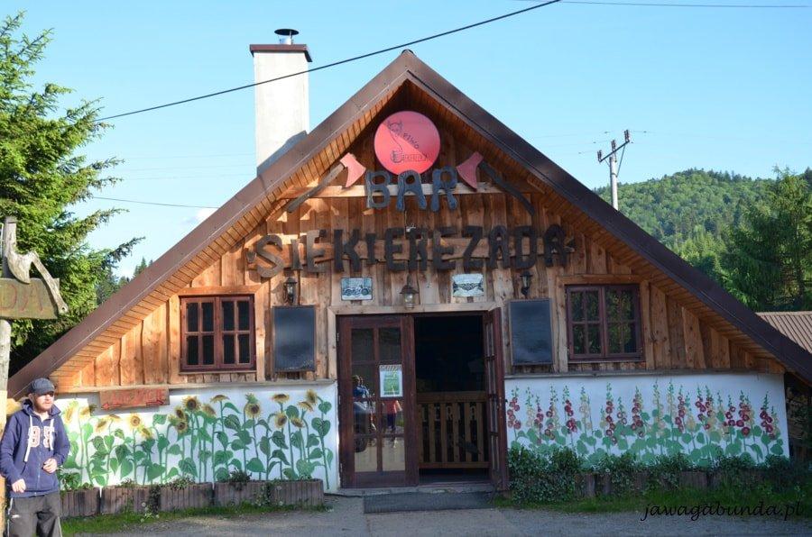 budynek restauracji z napisem Siekierezada