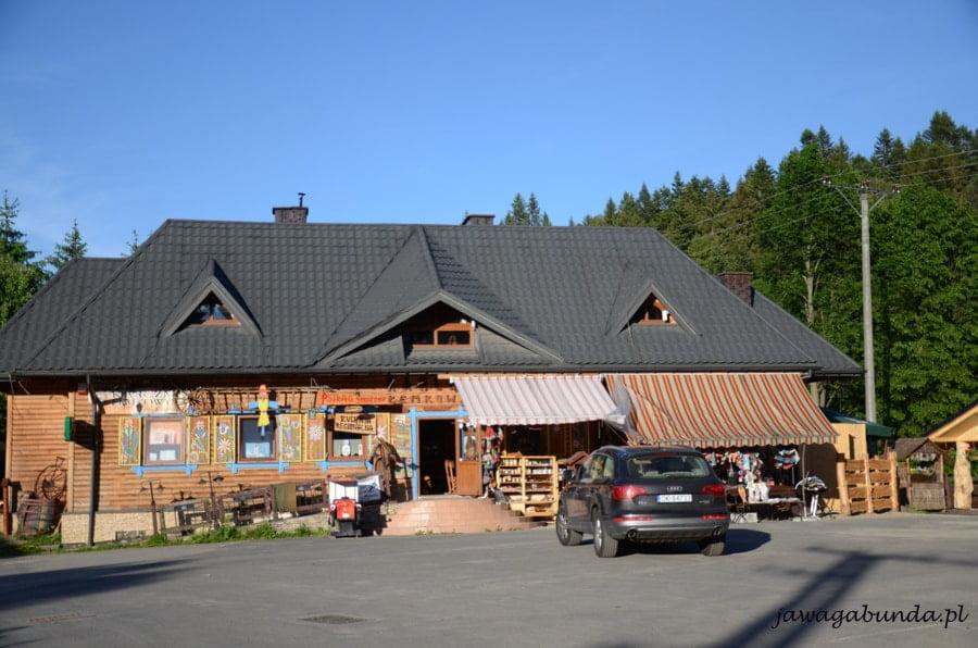 drewniana restauracja i auto przed nią