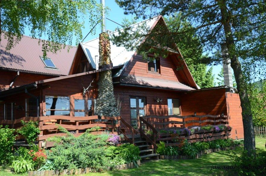 drewniana bieszczadzka chata wśród drzew