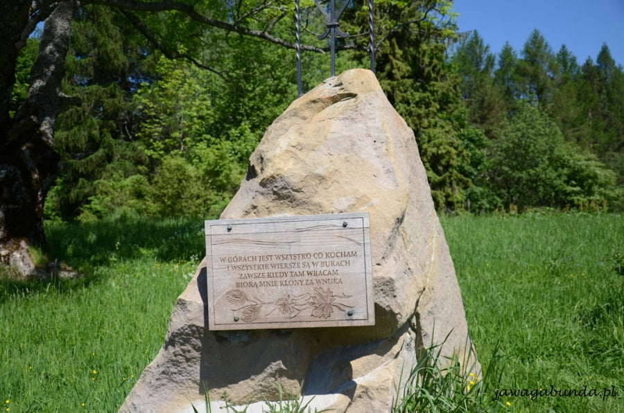 obelisk kamienny będący symbolicznym grobem Harasymowicza