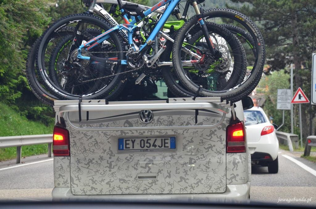 samochód z rowerami na bagażniku