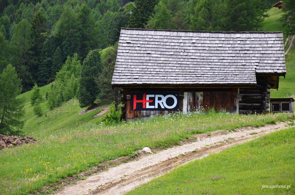 stary dom a na nim plakat z napisem Hero