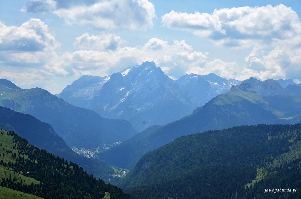 pokryta lekko śniegiem góra w na tle zielonych gór
