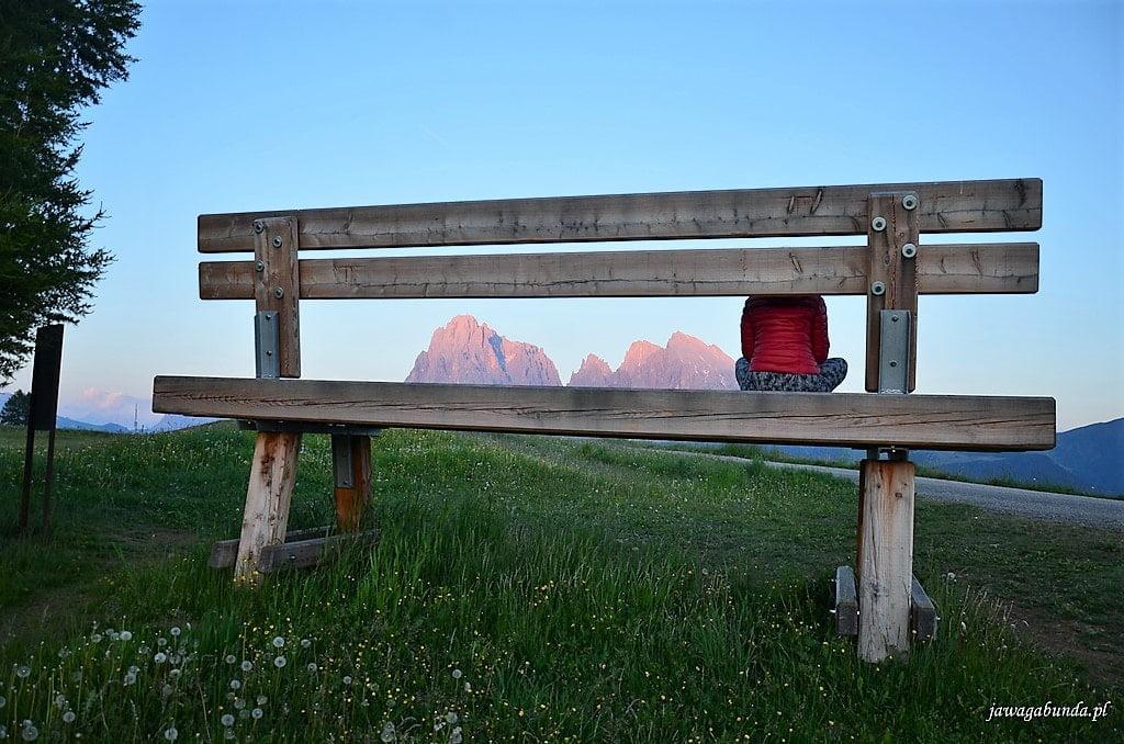ogromna ławka i siedząca na niej kobieta