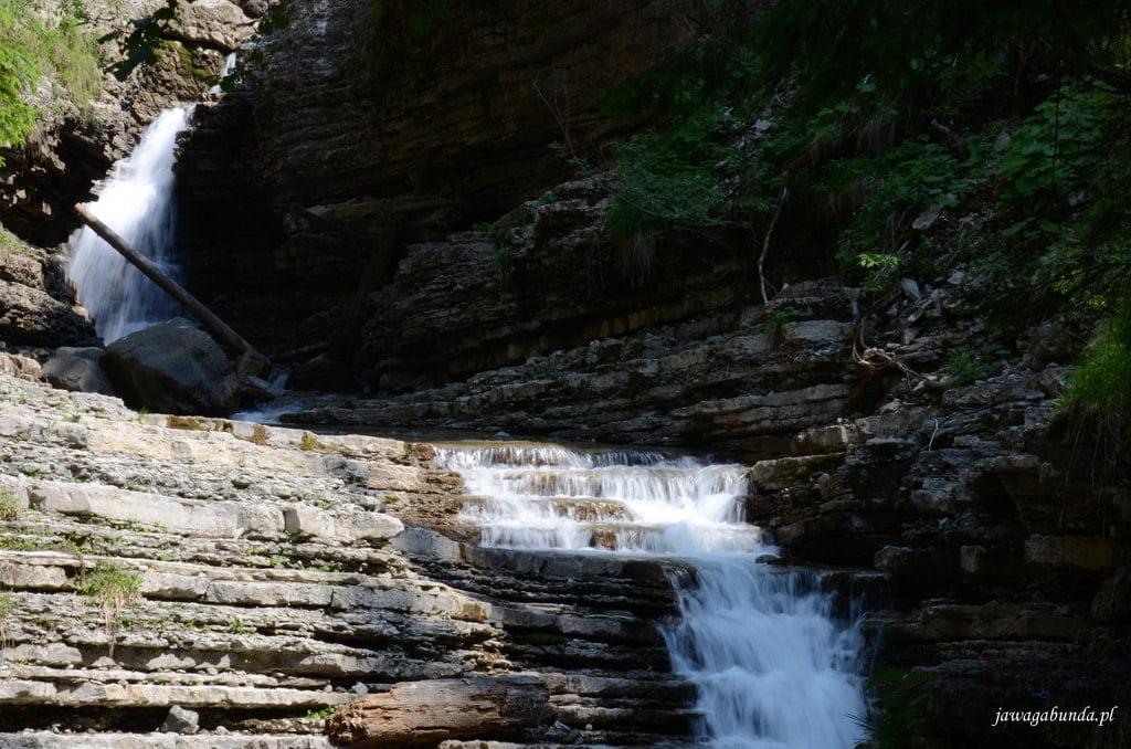 woda spływająca po skałach