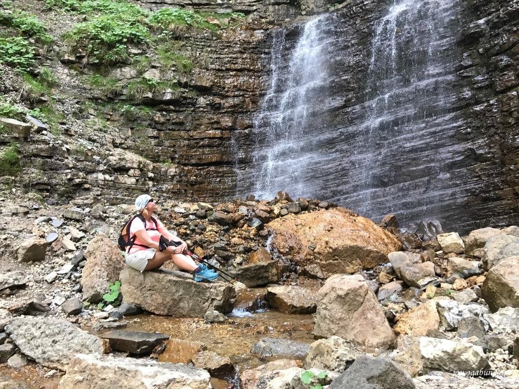 wodospad w górach i kobieta