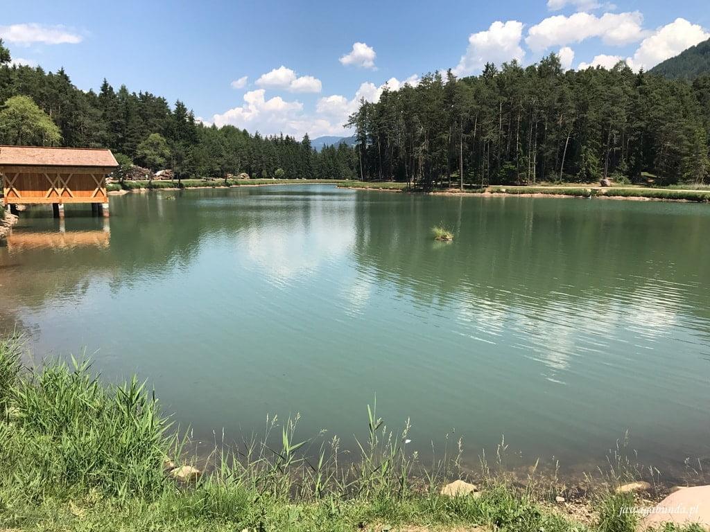 szmaragdowa woda w jeziorze