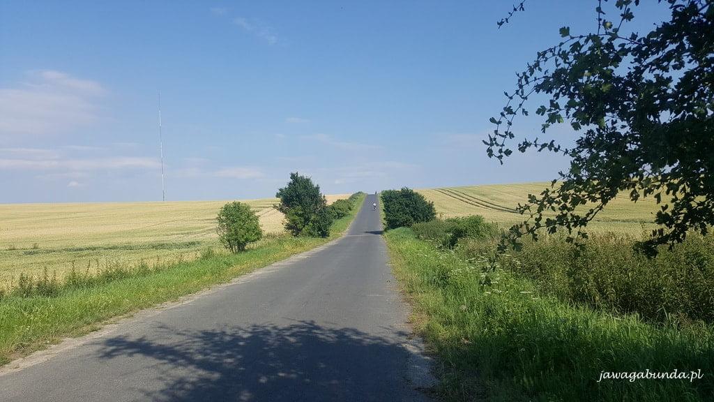 droga prowadząca pod górkę