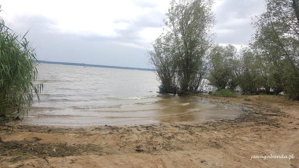 spokojne jezioro i widoczny brzeg