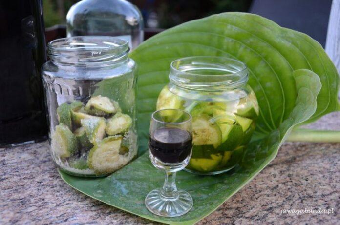 Nalewka z zielonych orzechów najlepiej sprawdza się na bóle żołądka. Gęsta nalewkę najlepiej podana w kieliszku.