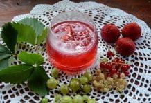 Kisiel w szklanym naczyniu i świeże owoce wokół