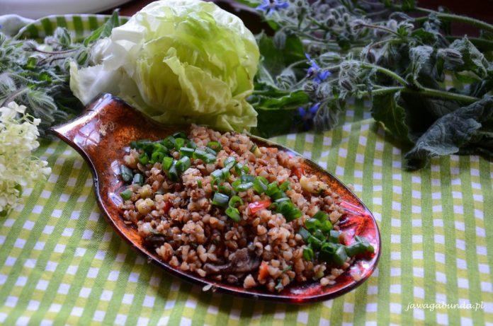 kasza gryczana na talerzu w tle warzywa