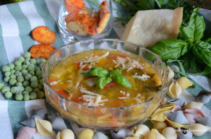 zupa warzywna w szklanym talerzu wokół warzywa