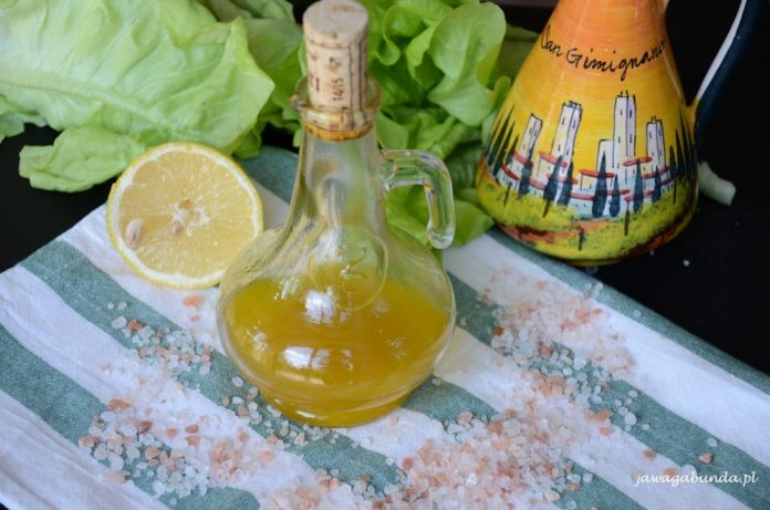 Tradycyjny przepis na sos winegret z propozycjami jak wzbogacić jego smak.