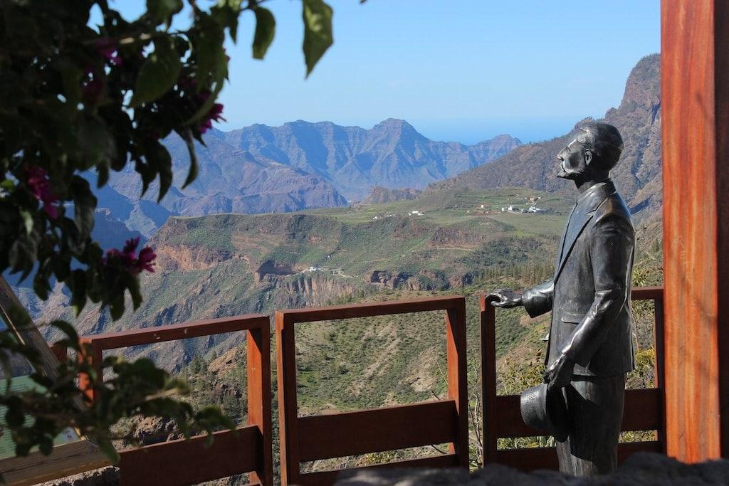 widok na góry i rzeźba mężczyzny