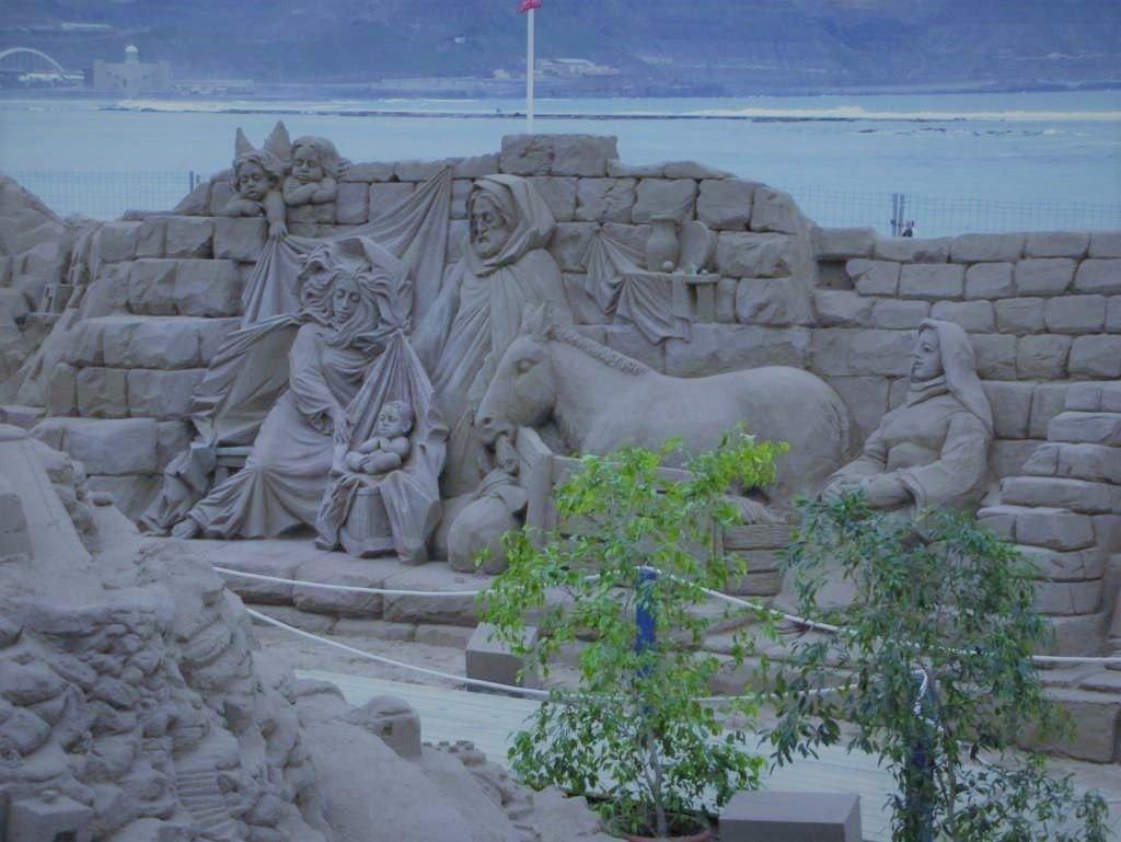 rzeźba z piasku przedstawia Świętą Rodzinę