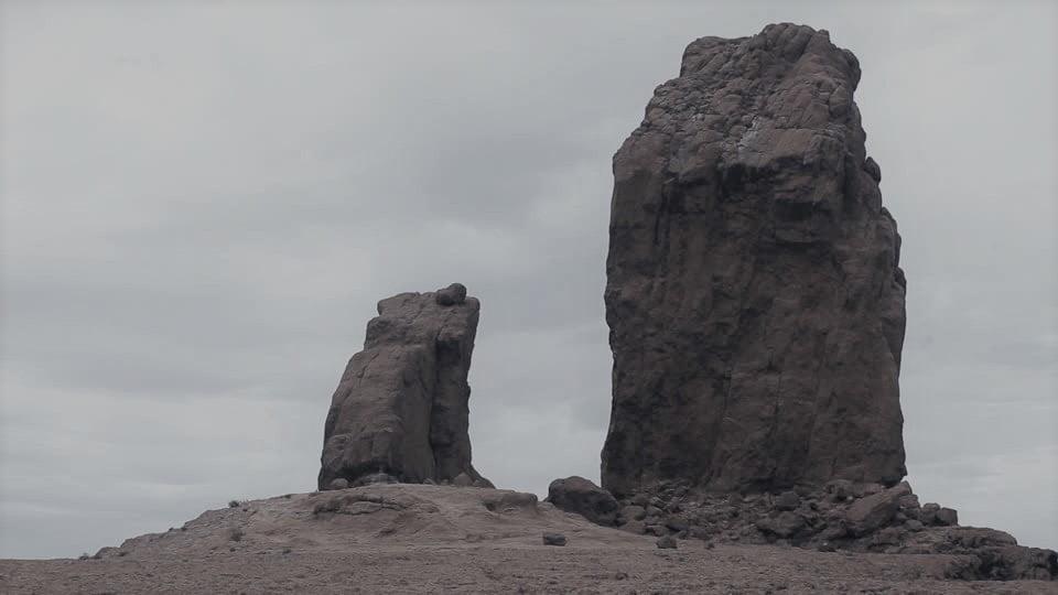 dwie skały na wzniesieniu