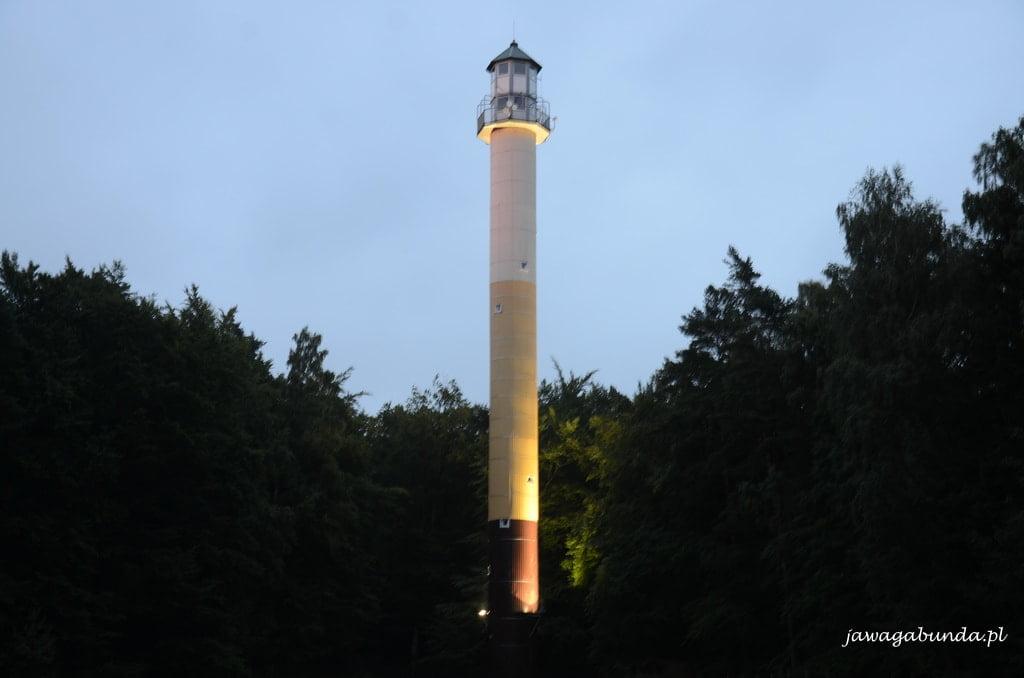 wieża obserwacyjna podświetlona nocą
