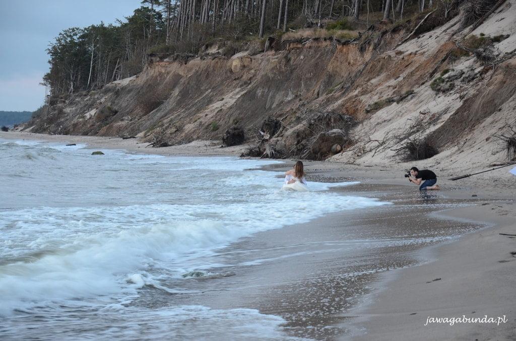 młoda para w wodzie w morzu, fotograf robi zdjęcia