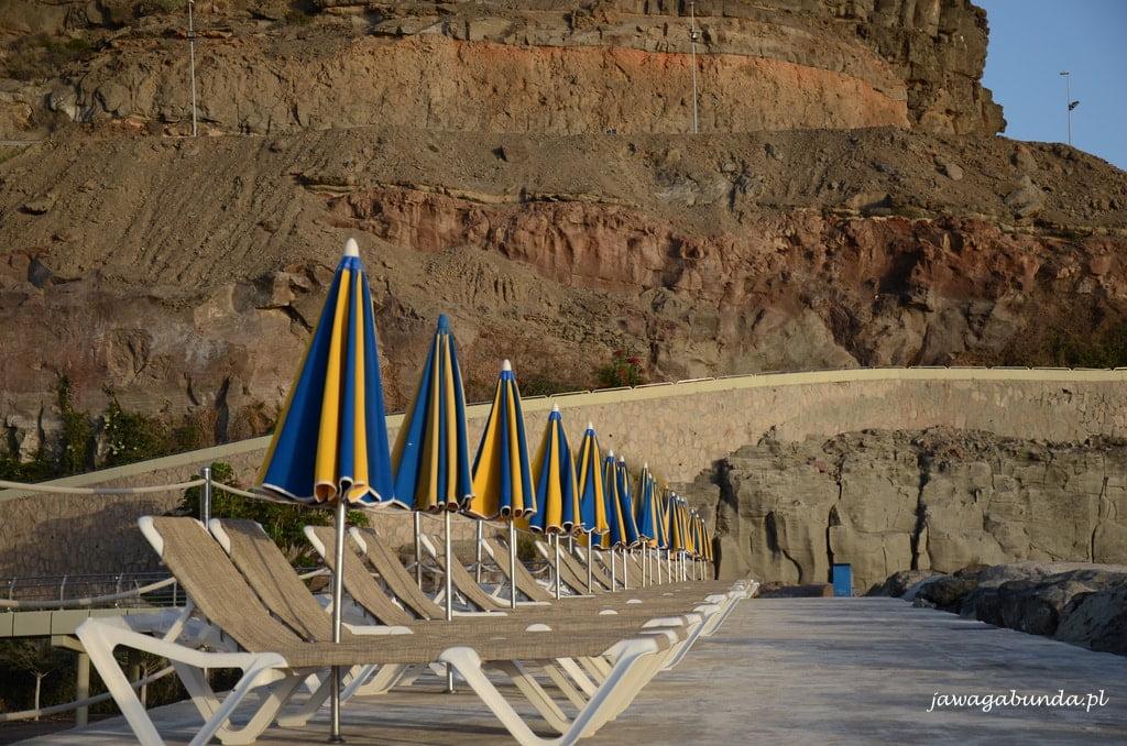 leżaki i złożone parasole na plaży