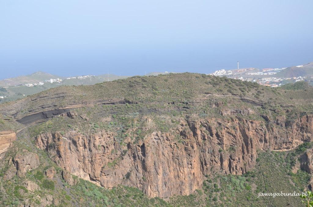 widok z góry na wulkan i w tle morze