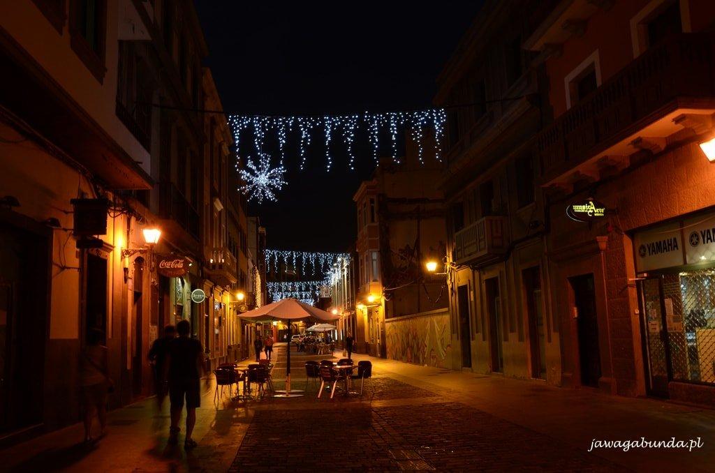 uliczka oświetlona nocą