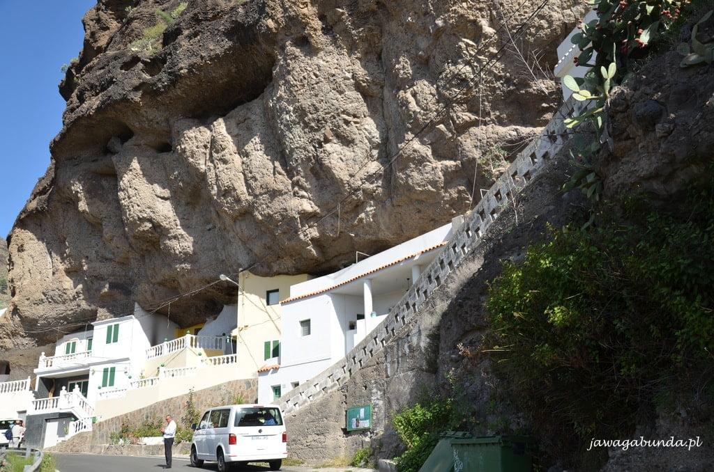 domy wbudowane w skałę