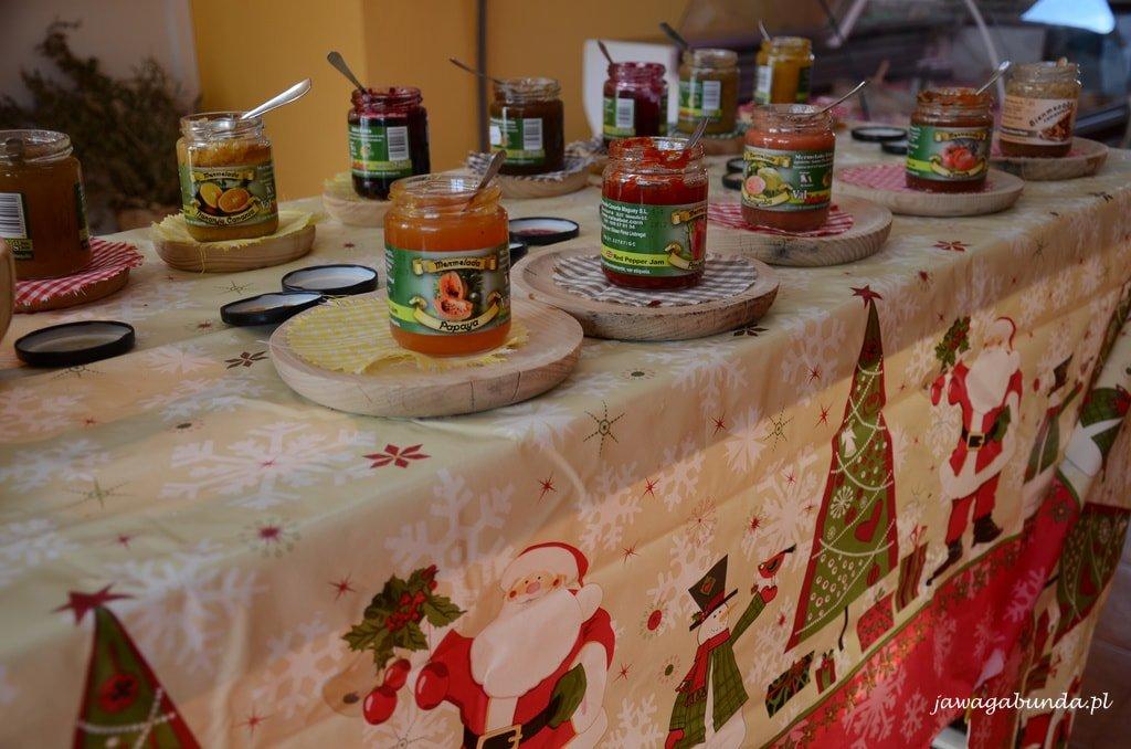 słoiki z dżemami na stole przykrytym świątecznym obrusem