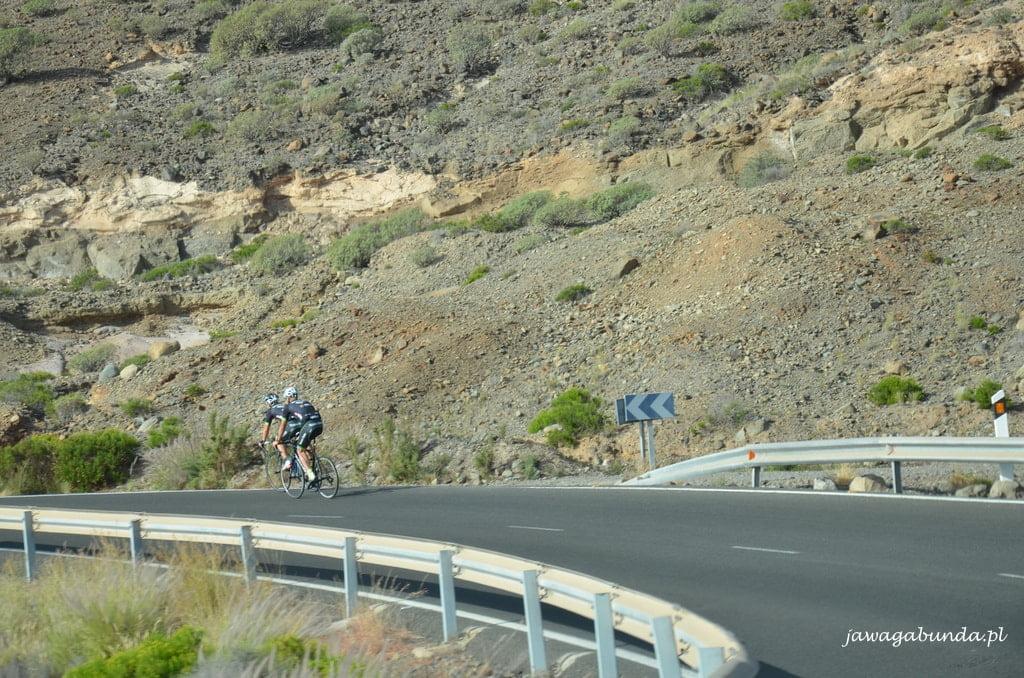 droga w górach a na niej rowerzysta