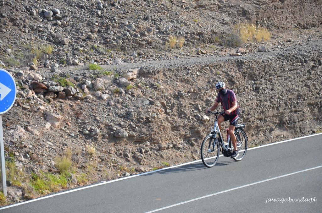 rowerzysta z maseczką na twarzy