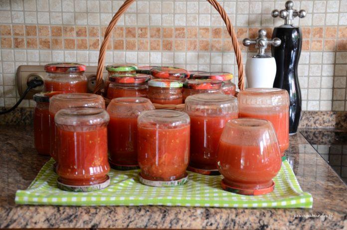 słoiki z przecierem pomidorowym