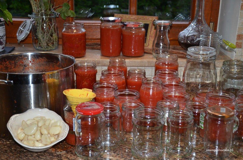 przecier pomidorowy w słojach i puste słoje