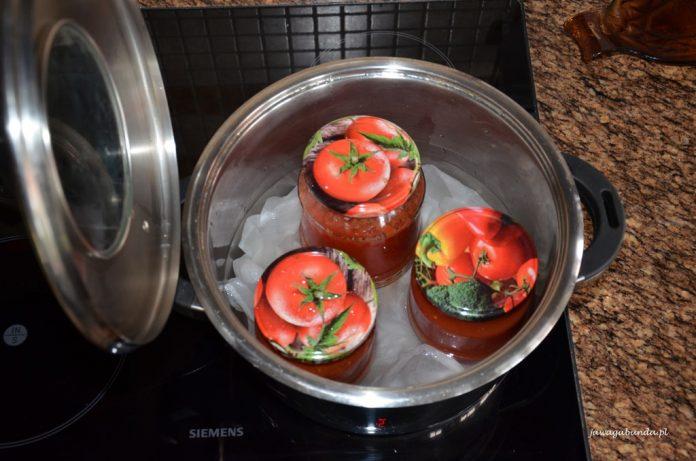 słoje z przecierem pomidorowym w garnku