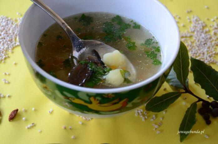 Zupa krupnik w talerzu - ugotowana według tradycyjnego przepisu