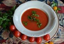 zupa pomidorowa w talerzu