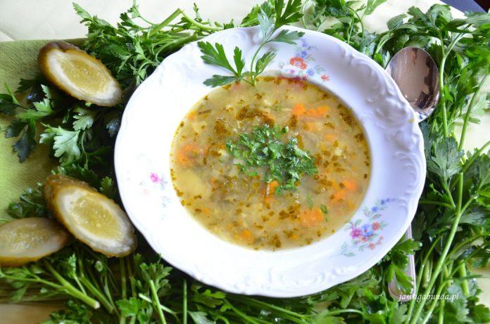 zupa ogórkowa w talerzu