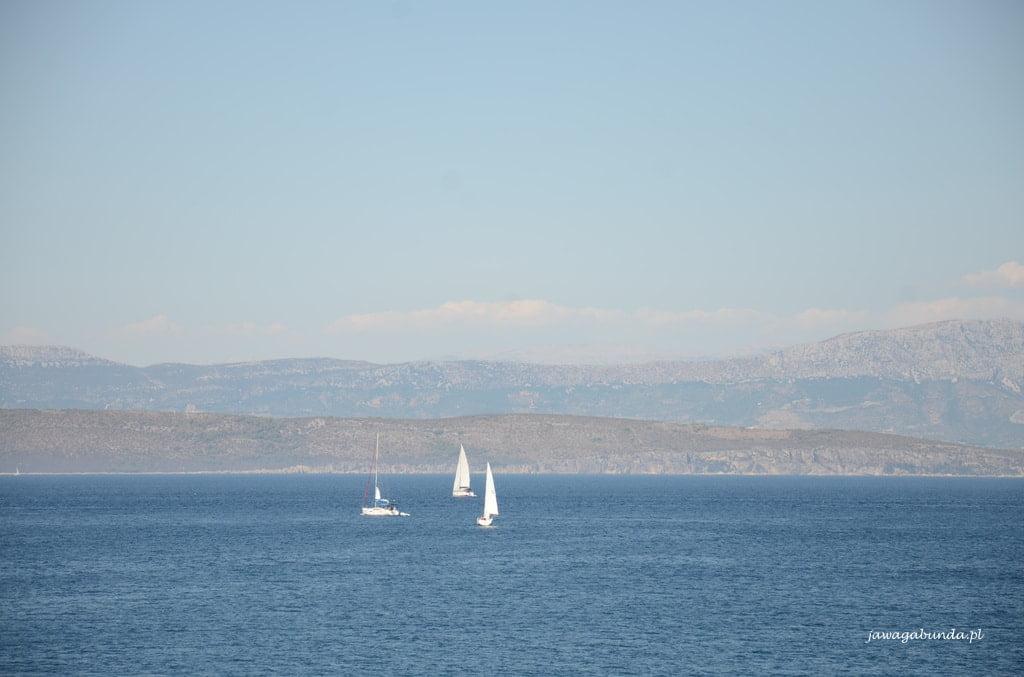 widok z na morze z żaglówkami