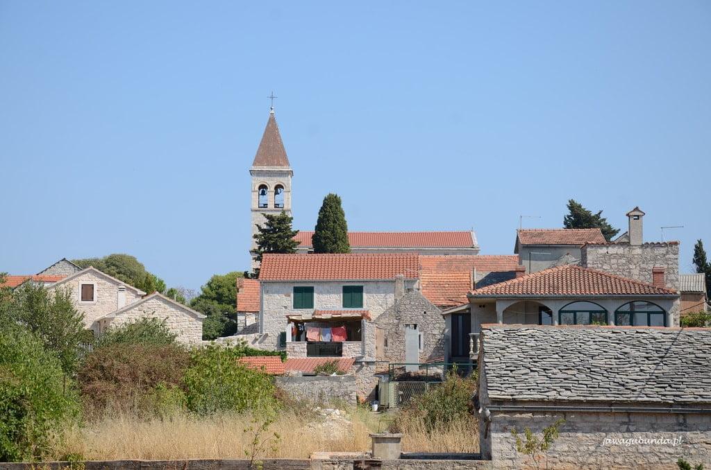 kamienne miasto i wieża kościelna