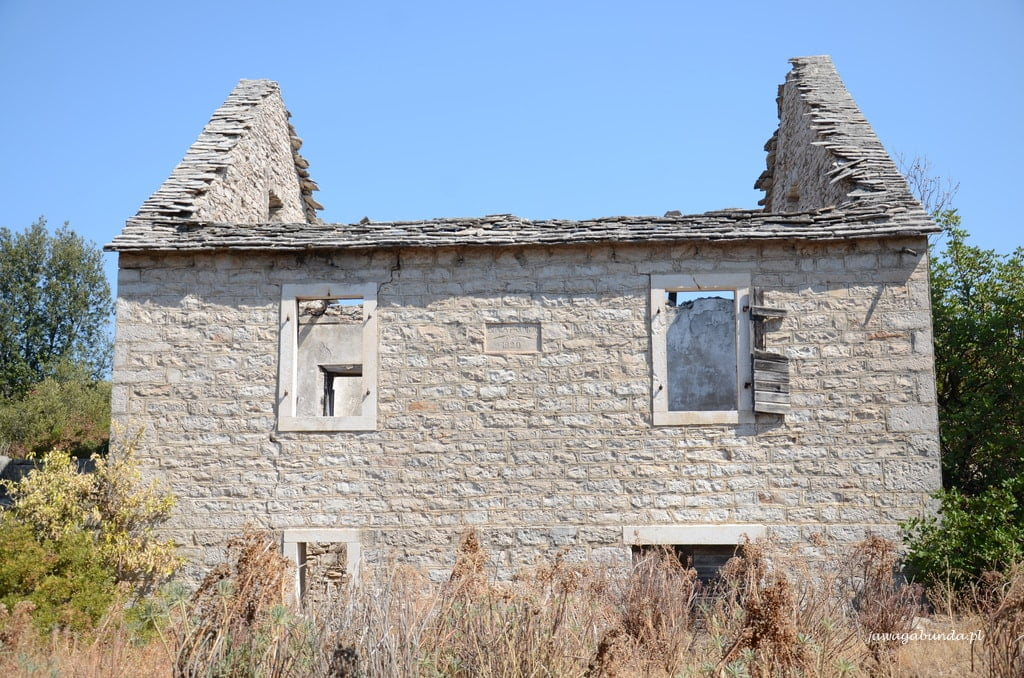 ruiny domu bez dachu