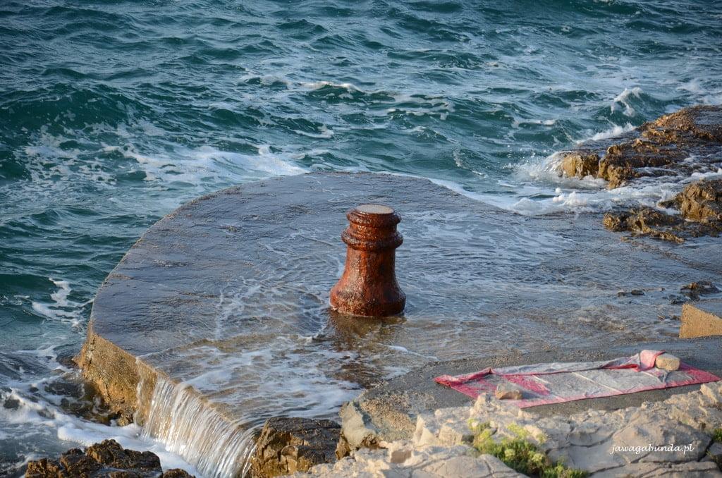 fala morska obmywa kamienny brzeg