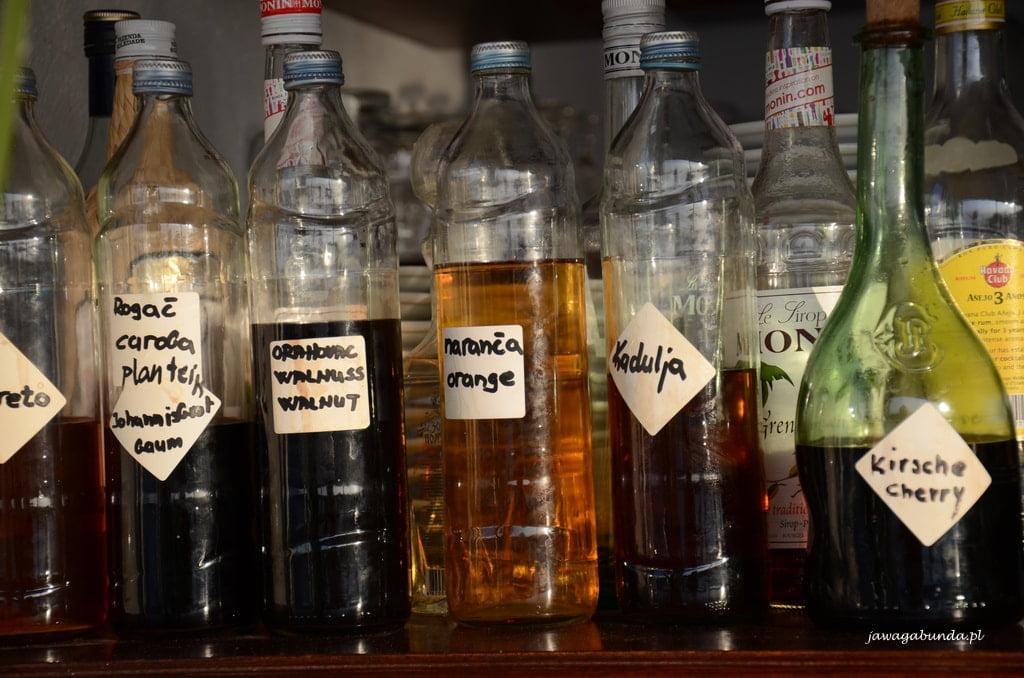 butelki z nalewkami z ziół chorwackich
