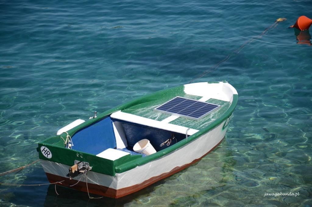 niebiesko zielone morze i łódka