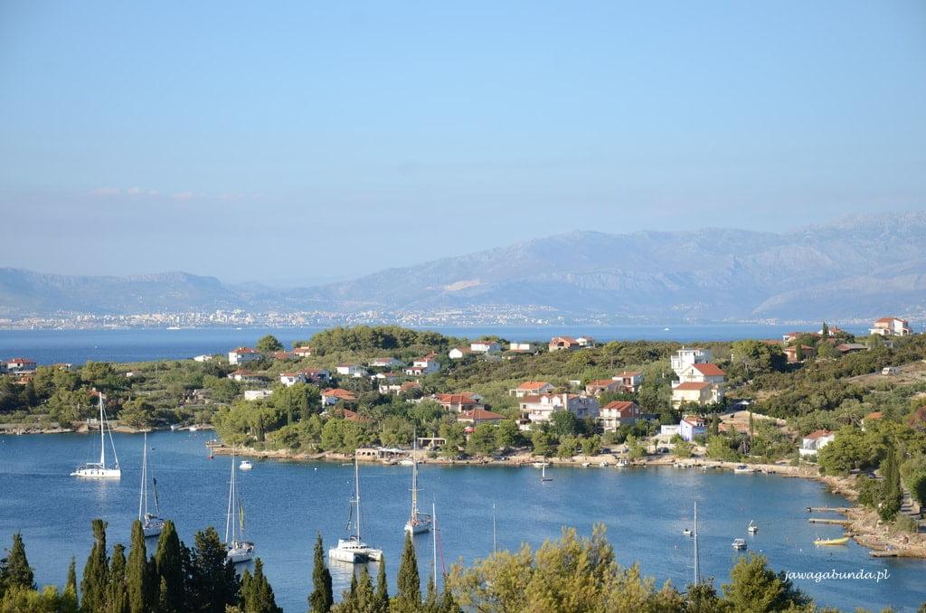 widok z góry na chorwackie miasteczko u morze