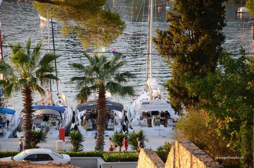 Marina w Maslinica i katamarany
