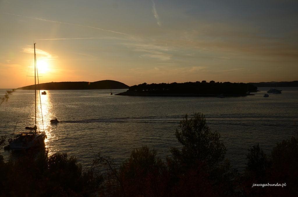 zachód słońca nad wysepkami nad morzem